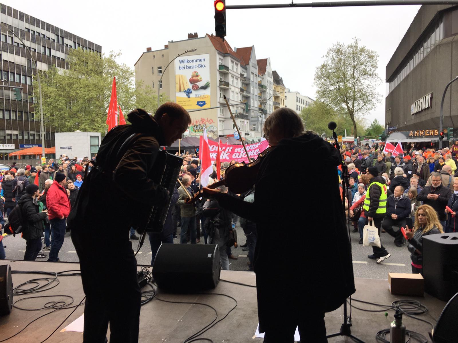 Nenad und Gika spielen vor 7.000 Demonstrant*innen