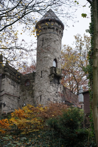 Das Alsterschlösschen Burg Henneberg bei Licht